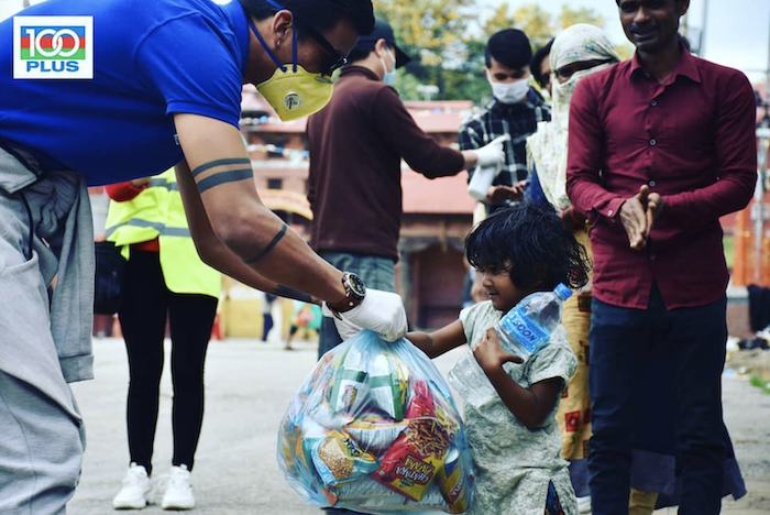 """ヒーロープロジェクトリーダーのキラン選手が、""""100PLUS""""の支援活動に協力し、食糧配布活動!"""
