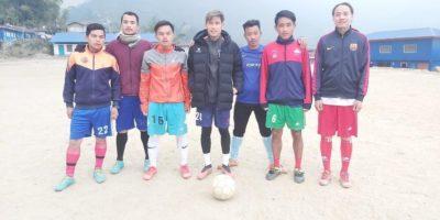 CYCの選手が、オフシーズンに故郷の村で、青少年たちにサッカー指導