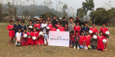ヒーロープロジェクトメンバー、アレンの故郷の子どもたちに、サッカーグッズを寄贈