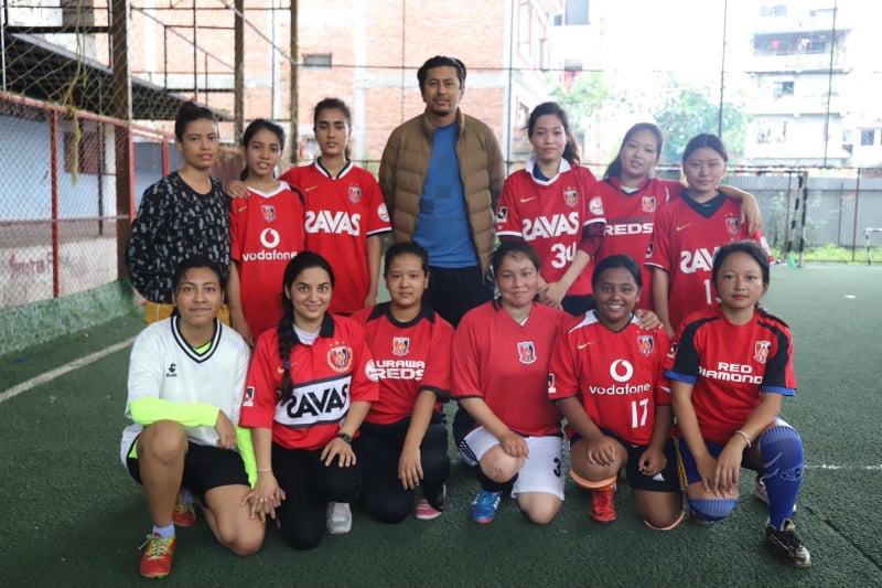 バクタプールに新しく結成された女子サッカーチームに 練習着とサッカーボールを寄贈!We donated training clothes and a soccer ball to the newly formed women's soccer team in Bhaktapur, Nepal.