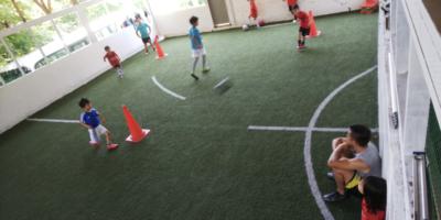 コーチの協力のもと自主練習に励む子どもたち・大人たち