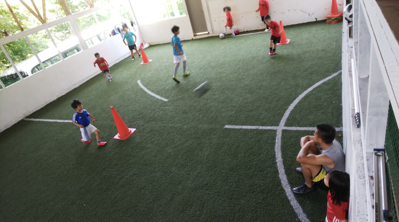 """コーチの協力のもと自主練習に励む子どもたち・大人たち """"Voluntary practice"""" of children"""