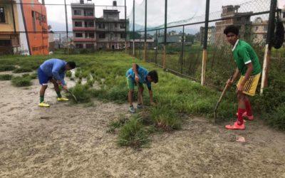 選手とコーチで、毎年恒例のネパールのレアーレグラウンドの整備!Players and coaches maintain REALE GROUND in Nepal .