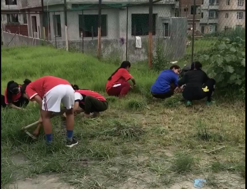ネパールで、みんなで草取り、グラウンド整備!そして、ついに練習再開です!