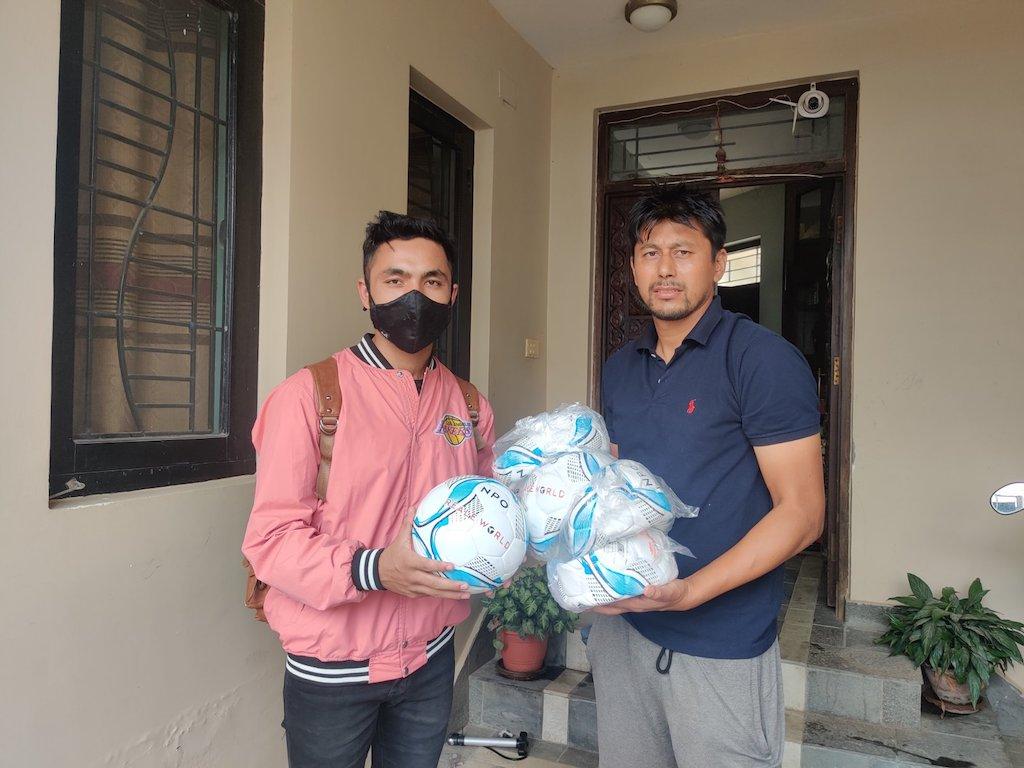 ネパールのカリコットFCへボールを寄贈!